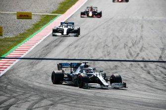 Lewis Hamilton, Mercedes AMG F1 W10, voor Valtteri Bottas, Mercedes AMG W10, en Max Verstappen, Red Bull Racing RB15