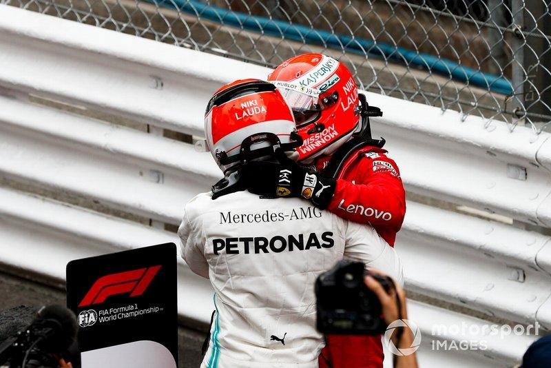 Le vainqueur Lewis Hamilton, Mercedes AMG F1 et Sebastian Vettel, Ferrari dans le Parc Fermé
