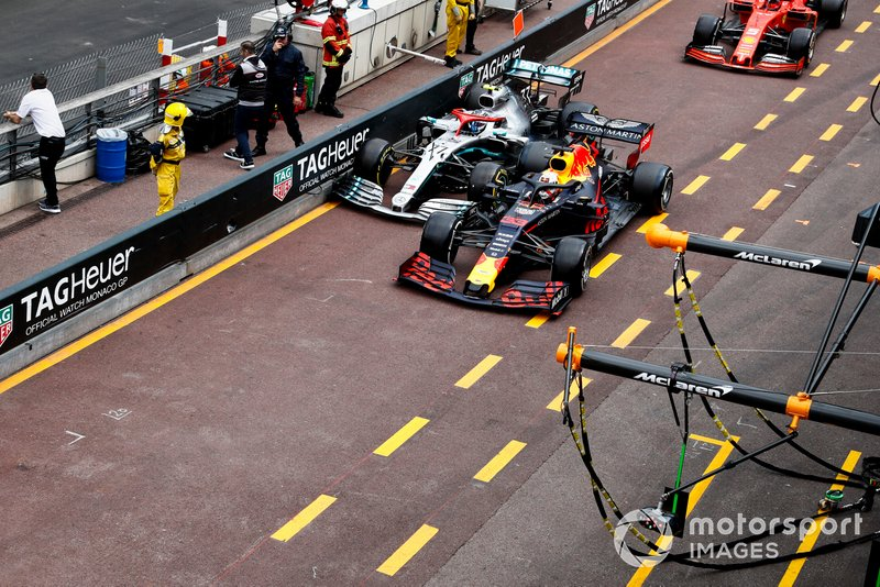 Max Verstappen, Red Bull Racing RB15, e Valtteri Bottas, Mercedes AMG W10, lottano in pit lane