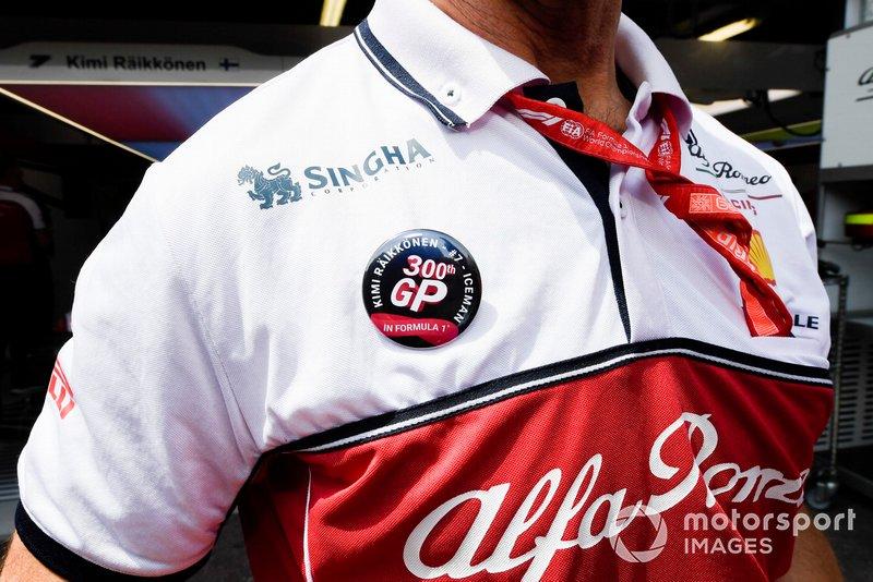 Alfa Romeo Racing mechanic with Kimi Raikkonen, Alfa Romeo Racing 300th GP badge