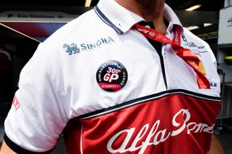 Alfa Romeo Racing mechanic with Kimi Raikkonen, Alfa Romeo Racing 300th GP badge
