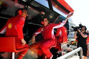 Спортивный директор Ferrari Лоран Мекис и руководитель команды Маттиа Бинотто