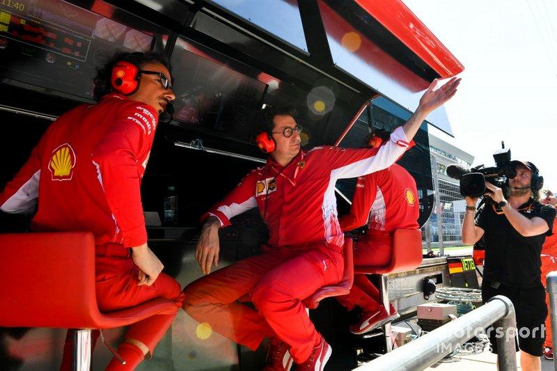 Laurent Mekies, Sporting Director, Ferrari, e Mattia Binotto, Team Principal Ferrari, fa un segno al garage per quanto riguarda un problema con l'auto di Sebastian Vettel, Ferrari SF90, in qualifica