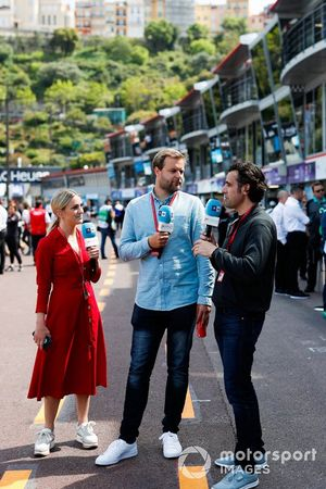 TV Commentator Jack Nicholls, TV Pundit Dario Franchitti in the pit lane