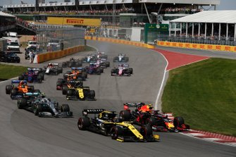 Daniel Ricciardo, Renault F1 Team R.S.19, leads Pierre Gasly, Red Bull Racing RB15, Valtteri Bottas, Mercedes AMG W10, Lando Norris, McLaren MCL34, Nico Hulkenberg, Renault F1 Team R.S. 19, and the remainder of the field at the start