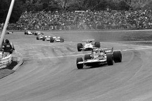 Jackie Stewart, Tyrrell 001, precede Pedro Rodriguez e Jacky Ickx