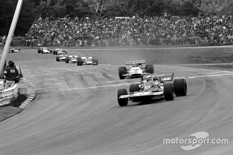 Jackie Stewart, Tyrrell 001, mène devant Pedro Rodriguez et Jacky Ickx