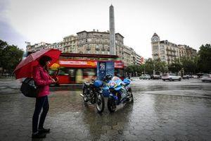Passeig de Gracia: Suzuki vs Velocette