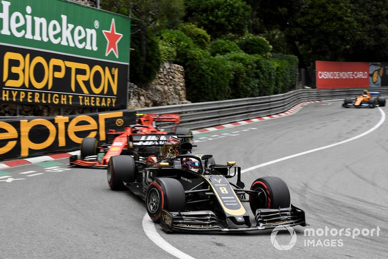 Romain Grosjean, Haas F1 Team VF-19, devant Charles Leclerc, Ferrari SF90