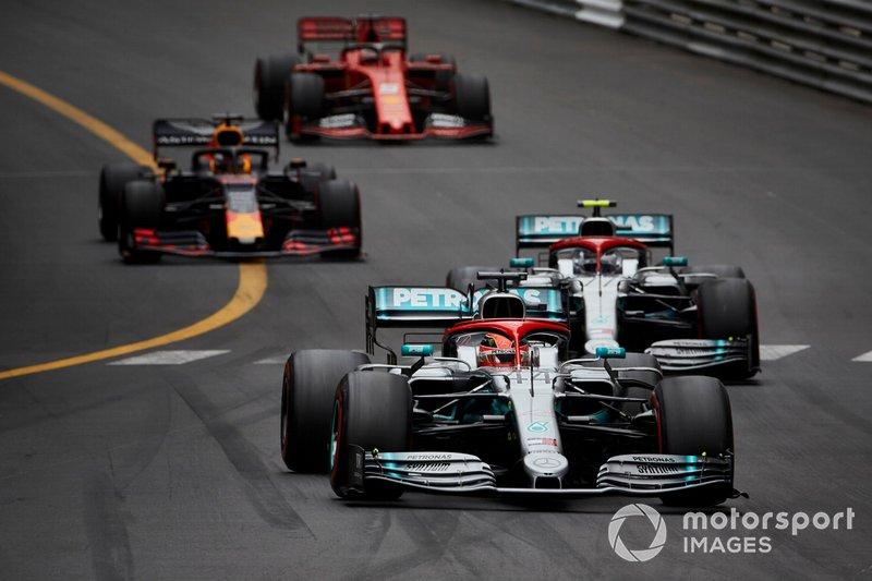 Lewis Hamilton, Mercedes AMG F1 W10, precede Valtteri Bottas, Mercedes AMG W10, Max Verstappen, Red Bull Racing RB15, e Sebastian Vettel, Ferrari SF90