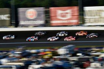 Brad Keselowski, Team Penske, Ford Mustang Miller Lite y Kyle Busch, Joe Gibbs Racing, Toyota Camry M&M's Red, White & Blue