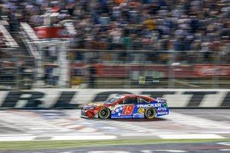Martin Truex Jr., Joe Gibbs Racing, Toyota Camry Bass Pro Shops / TRACKER ATVs & Boats / USO checkered flag