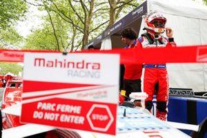 Jérôme d'Ambrosio, Mahindra Racing, se prépare à entrer dans sa voiture