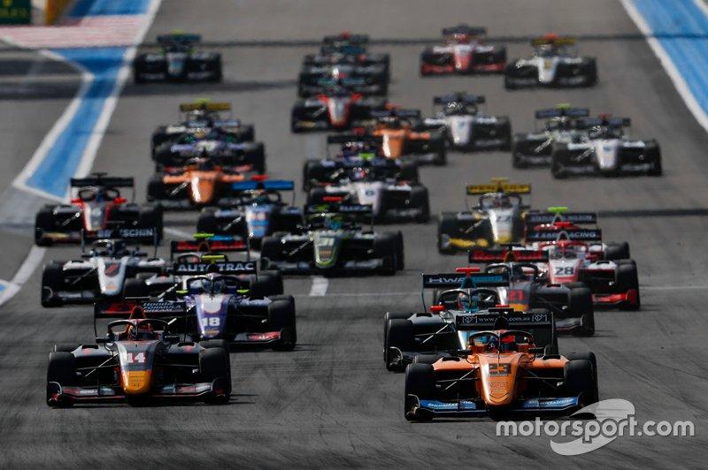 Alexander Peroni, Campos Racing precede Yuki Tsunoda, Jenzer Motorsport, Bent Viscaal, HWA Racelab all'inizio