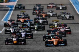 Alexander Peroni, Campos Racing leads Yuki Tsunoda, Jenzer Motorsport, Bent Viscaal, HWA Racelab at the start