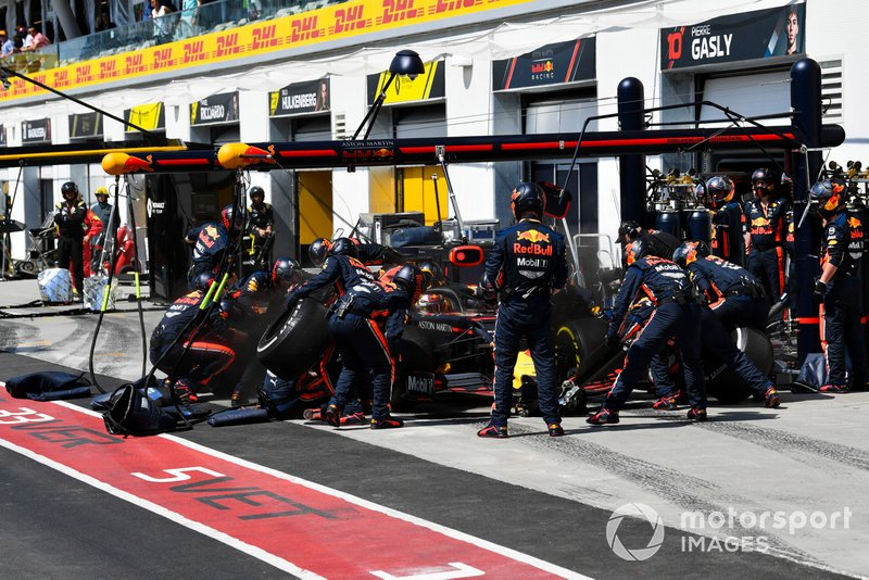 Max Verstappen, Red Bull Racing RB15, ai box