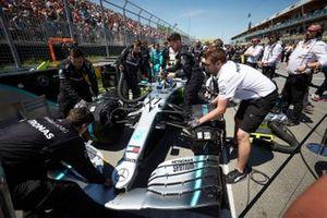 Mecánicos preparan el coche de Valtteri Bottas, Mercedes AMG W10, en la parrilla