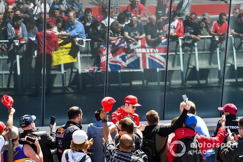 Charles Leclerc, Ferrari signe un autographe pour un fan