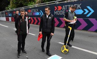 Sébastien Buemi, Nissan e.Dams, walks the track