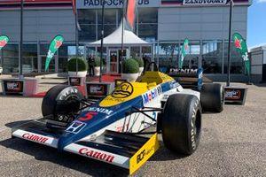 Auto classiche di F1 di fronte all'area della conferenza stampa
