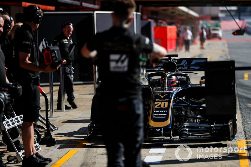Kevin Magnussen, Haas F1 Team VF-19, durante un pit stop