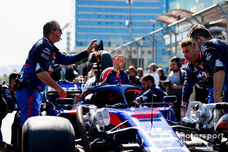 Daniil Kvyat, Toro Rosso STR14, arrives on the grid