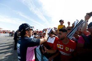 Sergio Pérez, Racing Point firma un autógrafo para un aficionado