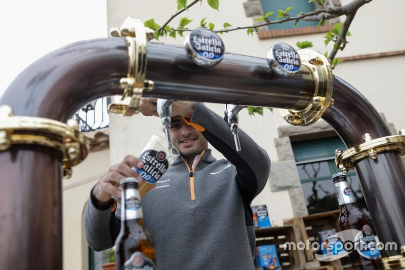 Carlos Sainz Jr., McLaren tirando una cerveza