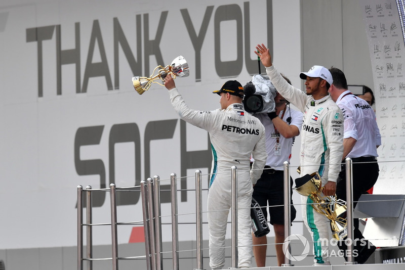 Il secondo classificato Valtteri Bottas, Mercedes AMG F1 e il vincitore della gara Lewis Hamilton, Mercedes AMG F1, festeggiano sul podio