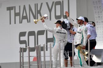 Tweede plaats Valtteri Bottas, Mercedes AMG F1 en winnaar Lewis Hamilton, Mercedes AMG F1 op het podium