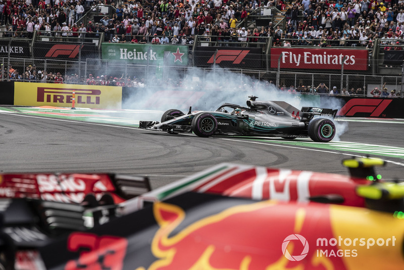 Lewis Hamilton, Mercedes-AMG F1 W09 EQ Power+ celebra con donas