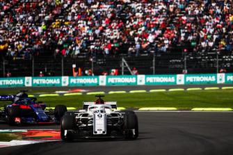 Marcus Ericsson, Sauber C37, devant Brendon Hartley, Toro Rosso STR13