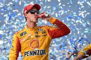 Joey Logano, Team Penske, Ford Fusion Shell Pennzoil, celebrates