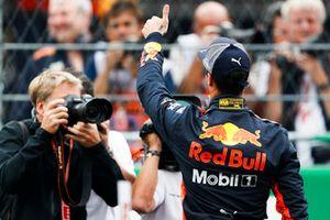 Ganador de la pole Daniel Ricciardo, Red Bull Racing celebra