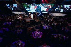 Mika Hakkinen reçoit un Gregor Grant Award des mains de Martin Brundle