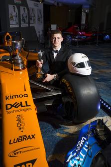 Le vainqueur du McLaren Autosport BRDC Award, Tom Gamble pose avec une McLaren de Formule 1