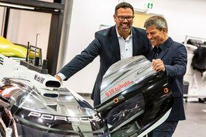 Achim Stejskal, directeur du musée Porsche, Fritz Enzinger, vice-président Porsche LMP1 Team