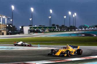 Stoffel Vandoorne, McLaren MCL33 leadsRomain Grosjean, Haas F1 Team VF-18