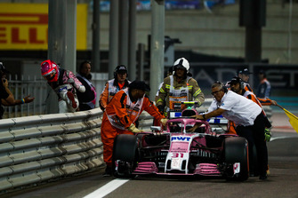 Marshals bergen de wagen van Esteban Ocon, Racing Point Force India VJM11