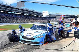 Ryan Blaney, Team Penske, Ford Fusion Accella/Carlisle, makes a pit stop