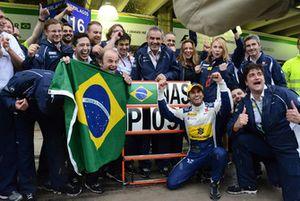 Felipe Nasr, Sauber, festeggia il nono posto con il team