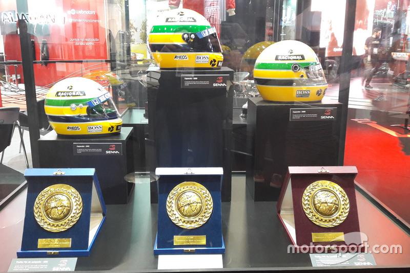 Capacetes e placas comemorativas dos títulos de Ayrton Senna