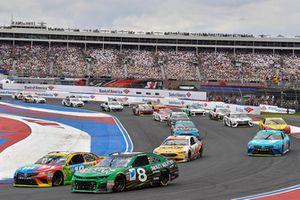 Kyle Busch, Joe Gibbs Racing, Toyota Camry M&M's e Daniel Hemric, Richard Childress Racing, Chevrolet Camaro Smokey Mountain Herbal Snuff