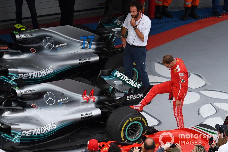 Sebastian Vettel, Ferrari mira la rueda trasera del coche de Lewis Hamilton, Mercedes-AMG F1 W09