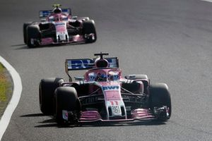 Sergio Perez, Racing Point Force India VJM11 devant Esteban Ocon, Racing Point Force India VJM11