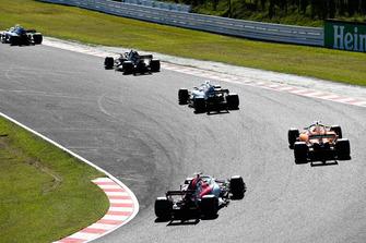 Lance Stroll, Williams FW41, leads Nico Hulkenberg, Renault Sport F1 Team R.S. 18, Sergey Sirotkin, Williams FW41, Stoffel Vandoorne, McLaren MCL33, and Marcus Ericsson, Sauber C37