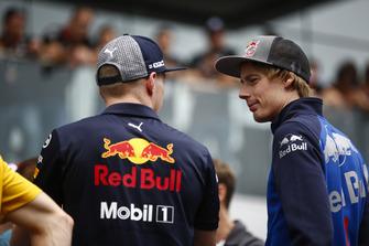 Brendon Hartley, Toro Rosso, parle à Max Verstappen, Red Bull Racing, lors de la parade des pilotes