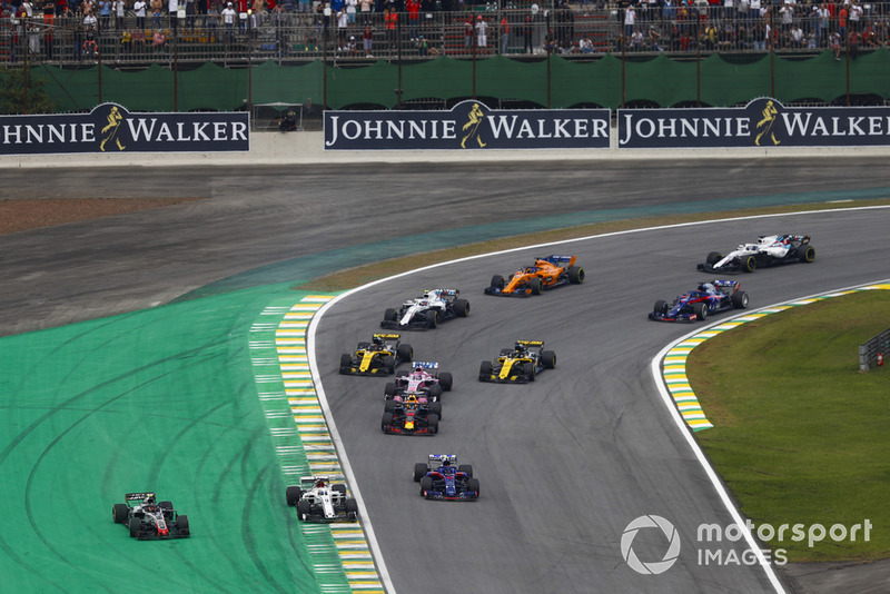 Kevin Magnussen, Haas F1 Team VF-18, and Marcus Ericsson, Sauber C37, run wide ahead of Pierre Gasly, Toro Rosso STR13.