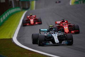 Valtteri Bottas, Mercedes AMG F1 W09 EQ Power+, Sebastian Vettel, Ferrari SF71H, y Kimi Raikkonen, Ferrari SF71H