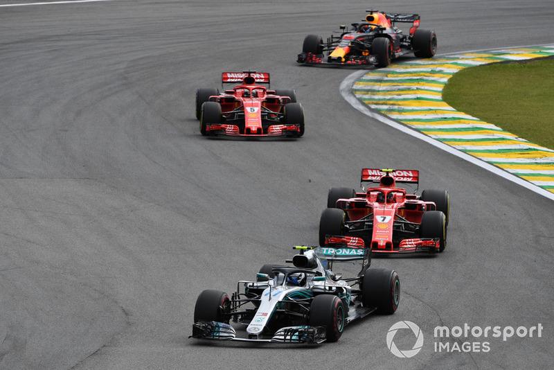 Valtteri Bottas, Mercedes-AMG F1 W09, Kimi Raikkonen, Ferrari SF71H y Sebastian Vettel, Ferrari SF71H